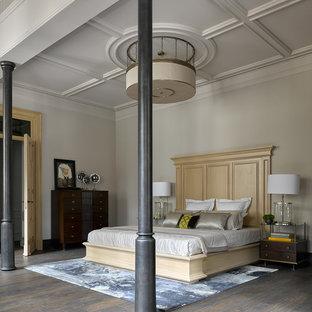 Новые идеи обустройства дома: спальня в классическом стиле с серыми стенами, темным паркетным полом и коричневым полом для хозяев