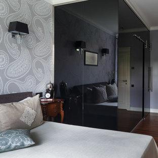 Свежая идея для дизайна: хозяйская спальня в современном стиле с серыми стенами, паркетным полом среднего тона и коричневым полом - отличное фото интерьера