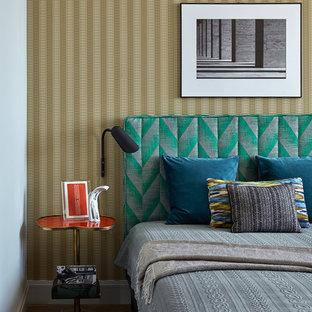 Неиссякаемый источник вдохновения для домашнего уюта: хозяйская спальня в современном стиле с паркетным полом среднего тона