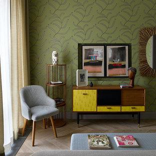 На фото: спальни в современном стиле с разноцветными стенами, светлым паркетным полом и бежевым полом