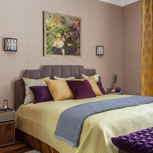 Новые идеи обустройства дома: хозяйская спальня в стиле современная классика с бежевыми стенами, паркетным полом среднего тона и коричневым полом