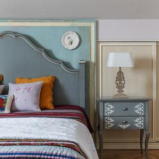 Неиссякаемый источник вдохновения для домашнего уюта: спальня в стиле современная классика с белыми стенами, паркетным полом среднего тона и коричневым полом