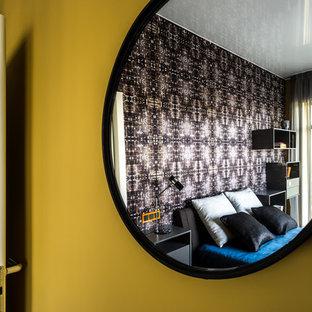 Imagen de dormitorio actual con paredes negras y suelo de madera clara