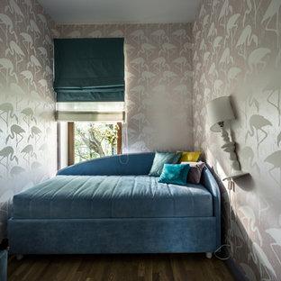 Foto de habitación de invitados actual, pequeña, con paredes rosas