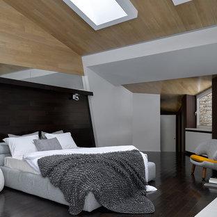 На фото: хозяйская спальня в современном стиле с белыми стенами, темным паркетным полом и коричневым полом с