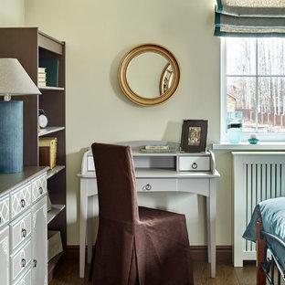 Идея дизайна: большая хозяйская спальня в классическом стиле с бежевыми стенами, паркетным полом среднего тона и коричневым полом