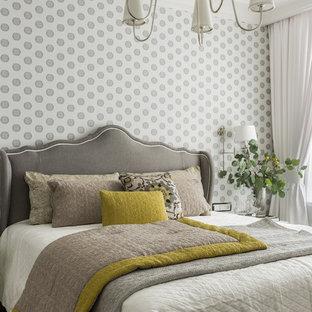 Неиссякаемый источник вдохновения для домашнего уюта: спальня в классическом стиле с серыми стенами, темным паркетным полом и коричневым полом