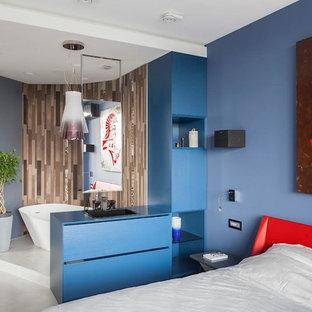 Свежая идея для дизайна: хозяйская спальня в современном стиле с синими стенами, серым полом и бетонным полом - отличное фото интерьера