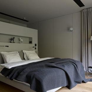 Пример оригинального дизайна: хозяйская спальня в современном стиле с светлым паркетным полом и бежевым полом