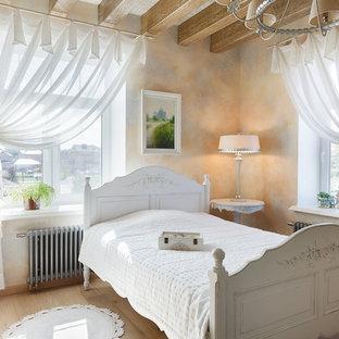 Идея дизайна: большая хозяйская спальня в стиле шебби-шик с светлым паркетным полом и бежевыми стенами