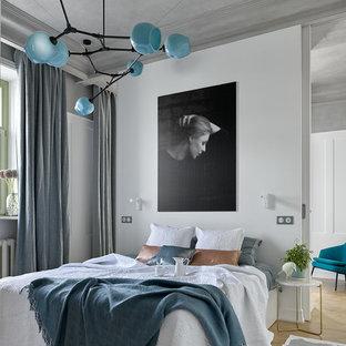 Неиссякаемый источник вдохновения для домашнего уюта: хозяйская спальня в современном стиле с белыми стенами, светлым паркетным полом и бежевым полом