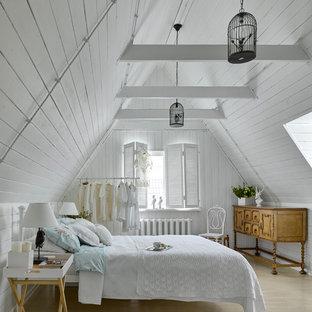 Idéer för ett shabby chic-inspirerat huvudsovrum, med vita väggar och ljust trägolv