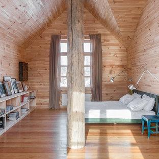 Неиссякаемый источник вдохновения для домашнего уюта: большая хозяйская спальня в стиле кантри с светлым паркетным полом без камина