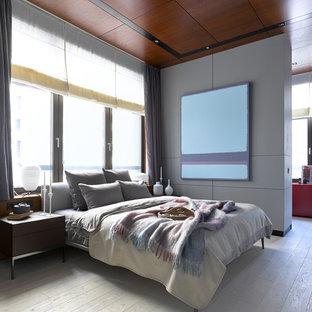 Идея дизайна: хозяйская спальня в современном стиле с серыми стенами, белым полом и деревянным полом