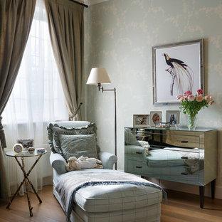 Пример оригинального дизайна: большая спальня в стиле современная классика с паркетным полом среднего тона и коричневым полом