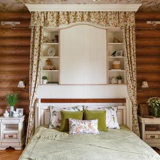 Стильный дизайн: хозяйская спальня в стиле рустика с паркетным полом среднего тона без камина - последний тренд