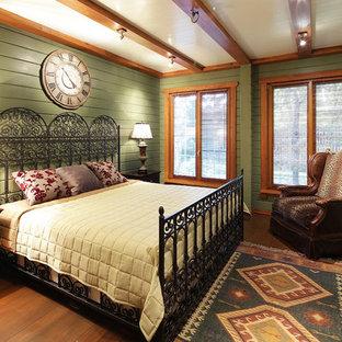 На фото: с высоким бюджетом гостевые спальни среднего размера в стиле кантри с зелеными стенами, паркетным полом среднего тона и коричневым полом