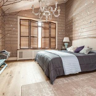 Свежая идея для дизайна: хозяйская спальня среднего размера в стиле кантри с бежевыми стенами, светлым паркетным полом, бежевым полом, деревянным потолком и деревянными стенами - отличное фото интерьера