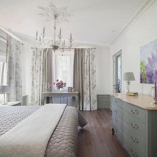 Новый формат декора квартиры: хозяйская спальня среднего размера в классическом стиле с белыми стенами и паркетным полом среднего тона