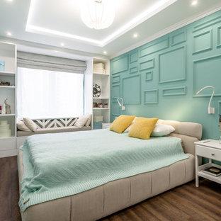 Modelo de dormitorio principal, bohemio, pequeño, sin chimenea, con suelo vinílico, suelo marrón y paredes verdes