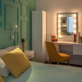 Ejemplo de dormitorio principal, ecléctico, pequeño, sin chimenea, con suelo vinílico, suelo marrón y paredes verdes