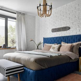 Esempio di una camera matrimoniale design di medie dimensioni con pareti bianche, pavimento beige e pareti in mattoni