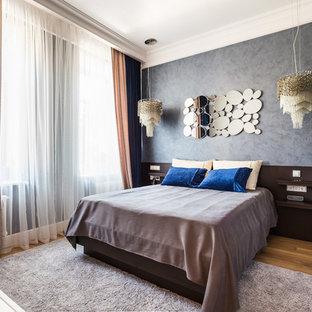 Стильный дизайн: большая хозяйская спальня в стиле современная классика с серыми стенами, полом из ламината и бежевым полом без камина - последний тренд