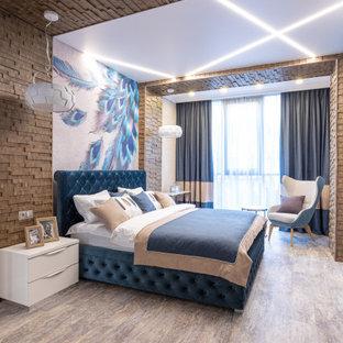 Идея дизайна: большая хозяйская спальня в современном стиле с белыми стенами и бежевым полом