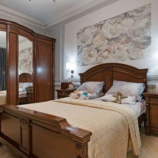 На фото: спальня в классическом стиле с серыми стенами, светлым паркетным полом и бежевым полом