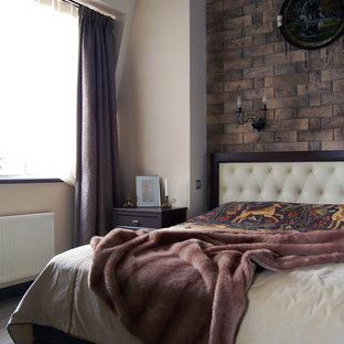 На фото: хозяйская спальня в стиле фьюжн с
