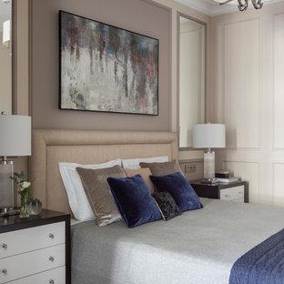 Imagen de dormitorio principal, clásico renovado, de tamaño medio, con paredes beige, suelo de madera oscura y suelo marrón