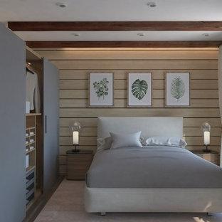 Ejemplo de dormitorio principal y madera, escandinavo, de tamaño medio, madera, sin chimenea, con paredes beige, suelo laminado, suelo marrón y madera
