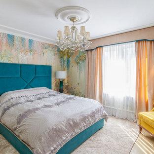На фото: хозяйская спальня среднего размера в современном стиле с разноцветными стенами с