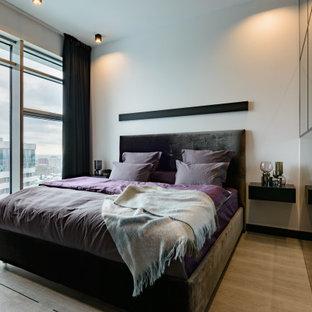 Неиссякаемый источник вдохновения для домашнего уюта: большая хозяйская спальня в современном стиле с белыми стенами, полом из винила и бежевым полом