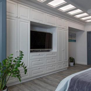 Inspiration för mellanstora moderna huvudsovrum, med grå väggar, flerfärgat golv och laminatgolv