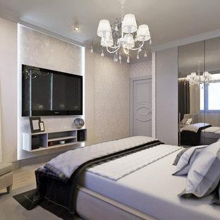 Großes Klassisches Hauptschlafzimmer ohne Kamin mit grauer Wandfarbe, Laminat, braunem Boden, eingelassener Decke und Tapetenwänden in Sonstige