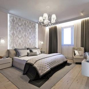 Modelo de dormitorio principal y papel pintado, tradicional renovado, grande, papel pintado, sin chimenea, con paredes grises, suelo laminado, suelo marrón y papel pintado