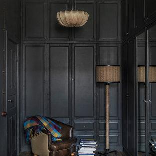 Ejemplo de dormitorio principal, urbano, de tamaño medio, con paredes negras, suelo laminado y suelo marrón