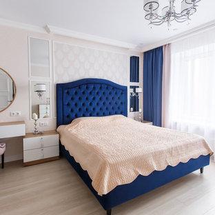 Неиссякаемый источник вдохновения для домашнего уюта: спальня в стиле современная классика с розовыми стенами, светлым паркетным полом и бежевым полом без камина