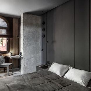 Exempel på ett stort modernt huvudsovrum, med grå väggar och grått golv