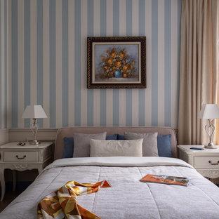 На фото: маленькая хозяйская спальня в стиле современная классика с обоями на стенах с
