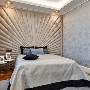 Пример оригинального дизайна: спальня в современном стиле с серыми стенами, паркетным полом среднего тона и коричневым полом