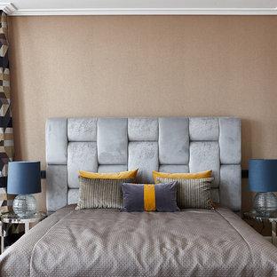 Свежая идея для дизайна: спальня в современном стиле с бежевыми стенами, паркетным полом среднего тона и коричневым полом - отличное фото интерьера