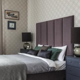 Пример оригинального дизайна: хозяйская спальня в стиле современная классика с бежевыми стенами, темным паркетным полом и коричневым полом
