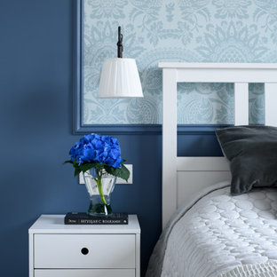 Diseño de dormitorio principal, tradicional renovado, pequeño, con paredes azules, suelo de baldosas de cerámica y suelo gris