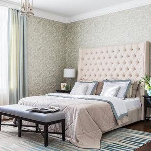 На фото: хозяйская спальня в классическом стиле с зелеными стенами, темным паркетным полом и коричневым полом с
