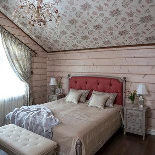 Foto de dormitorio campestre, pequeño, con paredes beige y suelo de madera oscura