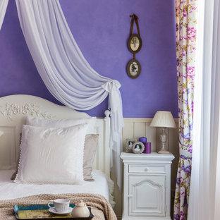 Свежая идея для дизайна: хозяйская спальня среднего размера в классическом стиле с фиолетовыми стенами, полом из ламината и бежевым полом - отличное фото интерьера