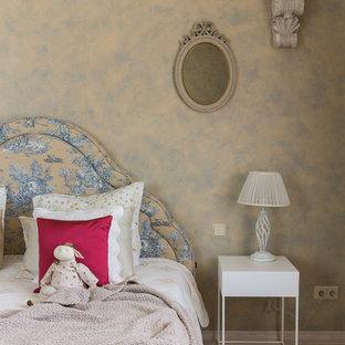 Стильный дизайн: хозяйская спальня среднего размера в стиле современная классика с бежевыми стенами, полом из ламината и бежевым полом без камина - последний тренд