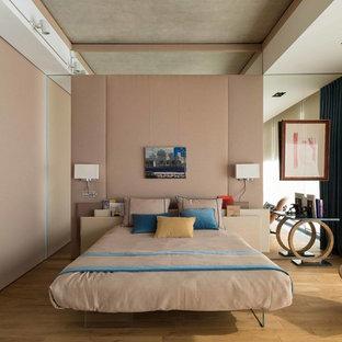 На фото: спальня в современном стиле с розовыми стенами и светлым паркетным полом без камина с